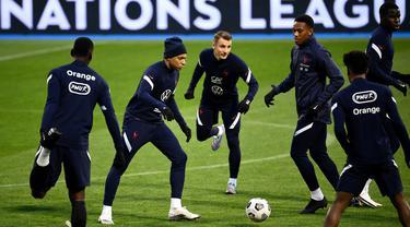 Pemain Prancis, Kylian Mbappe, saat mengikuti latihan jelang laga lanjutan UEFA Nations League 2020/2021 di Stadion Maksimir, Kroasia, Rabu (14/10/2020). Prancis akan menghadapi Kroasia. (AFP/Franck Fife)