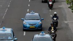 Kondisi arus lalu lintas yang terlihat lenggang di Jalan MH. Thamrin, Jakarta, Minggu (4/2). Mulai 5 Februari 2018 pengendara roda dua yang tidak melintas di jalur khusus yang disediakan akan dikenakan tilang. (Liputan6.com/Faizal Fanani)