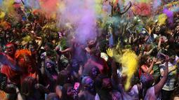 Kemeriahan Festival Holi saat melemparkan serbuk berwarna di Santa Coloma de Gramenet, Spanyol, Minggu (28/5). Kini, festival Holi bukan saja dilakukan oleh warga India tetapi sudah menjadi tren di sejumlah negara. (AP Photo / Manu Fernandez)