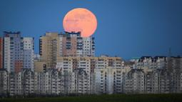 Bulan purnama terlihat di atas apartemen di Minsk, Belarus, Kamis (7/5/2020). Fenomena supermoon atau di belahan Bumi lain disebut flower moon ini merupakan yang terakhir di tahun 2020. (AP Photo/Sergei Grits)