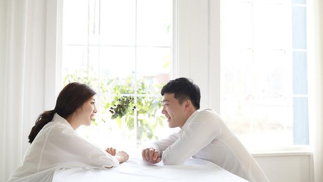 pasangan sedang berbicara
