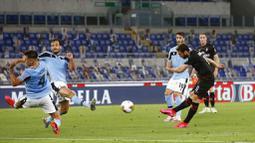 Pemain AC Milan, Hakan Calhanoglu, mencetak gol ke gawang Lazio pada laga Serie A di Stadion Olympic, Roma, Sabtu (4/6/2020). Lazio takluk 0-3 dari AC  Milan. (AP/Riccardo De Luca)