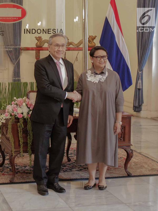 Menteri Luar Negeri Retno Marsudi (kanan) menerima kunjungan Menteri Luar Negeri Thailand Don Pramudwinai (kiri) di Gedung Pancasila, Kementerian Luar Negeri, Jakarta, Rabu (13/3). (Liputan6.com/Faizal Fanani)#source%3Dgooglier%2Ecom#https%3A%2F%2Fgooglier%2Ecom%2Fpage%2F%2F10000