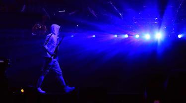 Rapper asal AS, Eminem saat tampil di atas panggung selama Coachella Valley Music and Arts Festival 2018 di Empire Polo Field di Indio, California (15/4). Festival Coachella ini sudah ada sejak 1999. (AFP Photo/Christopher Polk)