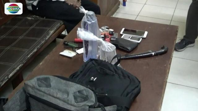 Satu dari dua orang pencuri dompet di Samarinda, Kalimantan Timur, tewas dihajar massa. Sementara satu lainnya babak belur dan diamankan ke Mapolsek Kota Samarinda.