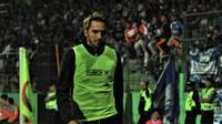 Pavel Smolyachenko berjalan lesu sesaat setelah Arema kalah 1-2 dari Tira Persikabo di Stadion Gajayana, Malang, Sabtu (29/6/2019). (Bola.com/Iwan Setiawan).