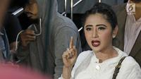 Dewi Perssik melaporkan petugas Trans Jakarta ke polisi. (Herman Zakharia/Liputan6.com)