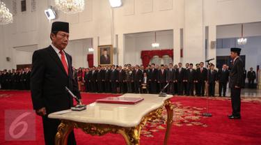 Letjen purnawirawan Sutiyoso bersiap menandatangi berkas acara saat pelantikan dirinya sebagai kepala BIN di Istana Negara, Jakarta, Rabu (8/7). Sutiyoso resmi menjabat sebagai Kepala BIN baru menggantikan Marciano Norman. (Liputan6.com/Faizal Fanani)