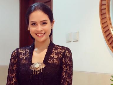 Pemilik nama lengkap Ayunda Faza Maudya ini memang pandai memadupadankan busana. Saat mengenakan kebaya, ia pun tampil menawan. Setelan kebaya berwarna hitam membuat pesonanya kian terpancar.(Liputan6.com/IG/@maudyayunda)