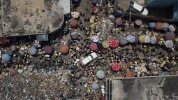 Orang-orang berbelanja di pasar Petion-Ville di Port-au-Prince, empat hari setelah pembunuhan Presiden Haiti Jovenel Moise, Minggu (11/7/2021). Sebelumnya, Presiden Haiti Jovenel Moise tewas dibunuh dalam serangan di kediaman pribadinya, pada Rabu 7 Juli 2021 dini hari. (AP Photo/Matias Delacroix)