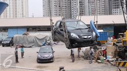 Pekerja melakukan aktivitas bongkar muat dan pengiriman mobil di Pelabuhan Sunda Kelapa Jakarta, Selasa (15/9). Pasar otomotif nasional periode Januari-Agustus 2015 menyusut 19,08% jika dibandingkan pada periode sama tahun lalu (Liputan6.com/Angga Yuniar)