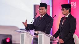 Capres dan Cawapres nomor urut 02 Prabowo Subianto-Sandiaga Uno memaparkan visi misi di Debat Pilpres 2019 pertama di Jakarta, Kamis (17/1). Debat perdana ini mengangkat tema hukum, hak asasi manusia, terorisme, dan korupsi. (Liputan6.com/Faizal Fanani)