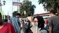 Warga menyaksikan gerhana matahari di Yogyakarta (Liputan6.com/ Fathi Mahmud)