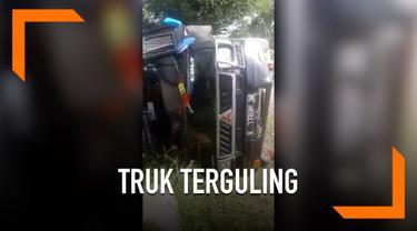 Sebuah truk bermuatan ikan terguling di Rembang, Jawa Tengah. Bukannya coba membantu sopir yang mengalami kecelakaan, warga di sekitar malah menjarah isi muatan truk.