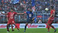 Striker Arema FC, Sylvano Comvalius kembali bermain saat tim Singo Edan melawan Persija Jakarta di Stadion Kanjuruhan, Malang, Sabtu (23/11/2019). (Bola.com/Iwan Setiawan)