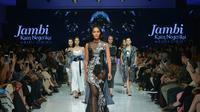 Berikut aksi sederet desainer kenamaan Indonesia menghadirkan tren busana terkini pada panggung Fashion Festival di JFFF 2017.