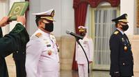 Laksamana TNI Yudo Margono (kiri) dan Marsekal TNI Fadjar Prasetyo (kanan) membaca sumpah saat dilantik menjadi Kepala Staf Angkatan Laut (KSAL) dan Kepala Staf Angkatan Udara (KSAU) di Istana Negara, Jakarta, Rabu (20/5/2020). (Dok. Hafidz Mubarak A/POOL)
