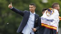Striker Real Madrid, Cristiano Ronaldo, saat merayakan kemenangan Liga Champions di Monumen Cibeles, Madrid, Minggu (27/5/2018). Real Madrid menggelar pawai kemenangan bersama fans usai menjuarai Liga Champions 2018. (AP/Francisco Seco)