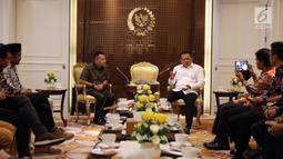 Suasana pertemuan antara Ketua DPR Bambang Soesatyo (kanan) dan anggota Komisi X Anang Hermansyah (kiri) serta para musisi, Jakarta, Rabu (4/4). Pertemuan tersebut membahas perkembangan musik di Indonesia. (Liputan6.com/Johan Tallo)