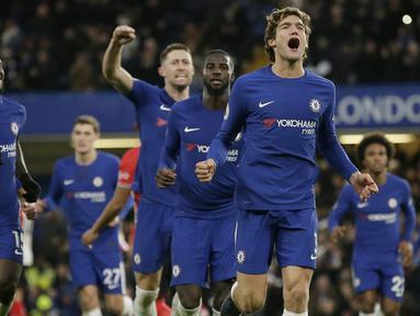Para pemain Chelsea merayakan gol Marcos Alonso (kanan) saat melawan Southampton pada laga Premier League di Stamford Bridge, London, (16/12/2017). Chelsea menang 1-0. (AP/Tim Ireland)