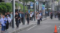 Sejumlah karyawan terpaksa berjalan kaki usai pulang kerja di kawasan Thamrin, Jakarta, Selasa (21/5). Akibat adanya aksi masa tolak hasil pemilu 2019 membuat sejumlah ruas jalan di kawasan tersebut di tutup. (Liputan6.com/Angga Yuniar)