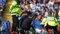 Bek Manchester City, Aymeric Laporte, mengalami cedera lutut saat tampil pada laga kontra Brighton and Hove Albion di Stadion Etihad, 31 Agustus lalu. (AFP/Oli Scarff)