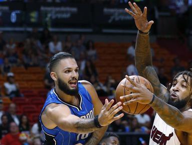 Pemain Orlando Magic, Evan Fournier #10 menhalau bola dari pemain  Miami Heat, Derrick Williams (kanan) pada laga NBA preseason basketball game, di Miami (19/10/2016) WIB. (AP/Wilfredo Lee)