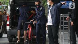 Petugas menurunkan sepeda jenis Road Bike di lobby Gedung KPK, Jakarta, Jumat (19/3/2021). KPK menerima 13 unit sepeda dari pihak yang mewakili tersangka suap perizinan pengelolaan komoditas perairan tahun 2020, Syafri, Staf Khusus mantan Menteri KKP, Edhy Prabowo. (Liputan6.com/Helmi Fithriansyah)