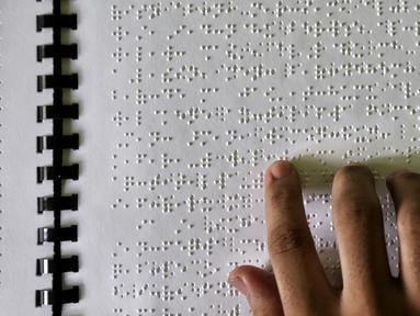 Santri penyandang tunanetra membaca Al Quran Braille di Yayasan Raudlatul Makfufin, Tangerang Selatan, Kamis (24/5). Yayasan yang berdiri sejak tahun 1983 ini memproduksi Al Quran Braille sebanyak 60 buku setiap harinya. (Liputan6.com/Fery Pradolo)