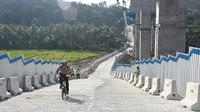 Kakorlantas Polri Irjen Pol Royke Lumowa dengan mengayuh sepeda lipat, terjun langsung mengecek kondisi di lokasi Tol fungsional ruas Salatiga-Kartasura, tepatnya di Jembatan Kali Kenteng, Susukan, Semarang. (@ntmc_polri)