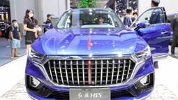 Seorang pengunjung menjajal sedan ikonis FAW Hongqi di Pameran Otomotif Internasional Changchun China ke-17 di Changchun, Provinsi Jilin, China, pada 10 Juli 2020. Pameran Otomotif Internasional Changchun China yang berlangsung selama 10 hari ini dibuka pada Jumat (10/7). (Xinhua/Yan Linyun)