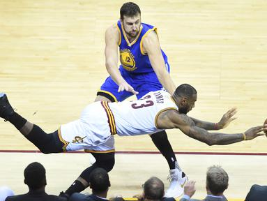 Bintang Cleveland Cavaliers, LeBron James #23 mengejar bola saat dihadang center Warriors, Andrew Bogut #12 pada game ke-3 NBA Finals di Quicken Loans Arena, (9/6/2016) WIB. (Mandatory Credit: Ken Blaze-USA TODAY Sports)