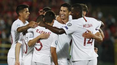 Penyerang Portugal, Cristiano Ronaldo berselebrasi usai mencetak gol ke gawang Lithuania pada pertandingan grup B Kualifikasi Euro 2020 di stadion LFF di Vilnius (10/9/2019). Ronaldo mencetak empat gol dipertandingan ini dan mengantar Portugal menang 5-1 atas Lithuania.  (AP Photo/Mindaugas Kulbis)