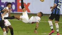 Diego Carlos dari Sevilla mencetak gol ketiga timnya selama pertandingan sepak bola final Liga Europa antara Sevilla dan Inter Milan di Cologne, Jerman, Jumat, 21 Agustus 2020. (Friedemann Vogel / Pool via AP) 873
