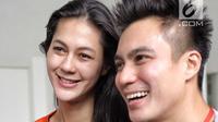 Pasangan Baim Wong dan Paula Verhoeven tersenyum saat hadir dalam sidang aktor Tio Pakusadewo di PN Jakarta Selatan, Jakarta, Kamis (28/6). Sebelumnya Tio dituntut 6 tahun penjara dan denda sebesar Rp 800 juta. (Liputan6.com/Faizal Fanani)