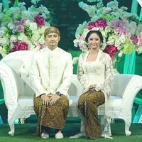 Duduk dipelaminan bertabur dekorasi bunga, Dewi Perssik dan Angga Wijaya gelar resepsi pernikahan. (Bambang E.Ros/Bintang.com)