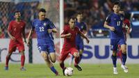 Gelandang Timnas Indonesia, Riko Simanjuntak, berebut bola dengan gelandang Thailand, Supachai Jaided, pada laga Piala AFF 2018 di Stadion Rajamangala, Bangkok, Sabtu (17/11). Thailand menang 4-2 dari Indonesia. (Bola.com/M. Iqbal Ichsan)
