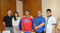 Pemain film Takut Kawin, Herjunot Ali dan Indah Permatasari bersama Wakil Gubernur DKI Sandiaga Uno. (Liputan6.com/Sapto Purnomo).