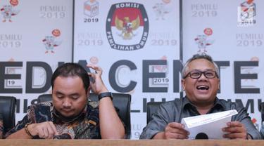 Ketua KPU RI, Arief Budiman (kanan) bersama Komisioner Bawaslu, Muhammad Afifudin bersiap menyampaikan hasil Laporan Penerimaan Sumbangan Dana Kampanye (LPSDK) Partai Politik peserta Pemilu 2019 di Jakarta, Rabu (2/1). (Liputan6.com/Helmi Fithriansyah)