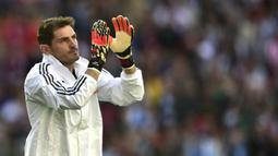 Iker Casillas secara resmi mengumumkan gantung sarung tangan dan mengakhiri karier 22 tahunnya sebagai penjaga gawang. (AFP/Miguel Riopa)