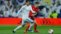 Pemain Real Madrid, Theo Hernandez dan pemain Numancia, Nacho Sanchez berebut bola pada leg kedua babak 16 besar Copa del Rey di Santiago Bernabeu, Kamis (11/1). Real Madrid lolos ke babak perempat final  dengan agregat skor 5-2. (AP/Francisco Seco)