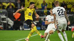 Giovanni Reyna. Gelandang serang Borussia Dortmund berusia 18 tahun ini memiliki nilai pasar mencapai 42 juta euro atau setara sekitar Rp.689 miliar. Musim ini ia telah bermain 5 laga bersama Borussia Dortmund di semua ajang kompetisi dengan torehan 2 gol dan 1 assist. (AFP/Ina Fassbender)