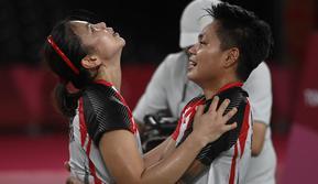 Ganda putri Indonesia Apriyani Rahayu dan Greysia Polii berselebrasi setelah menang atas pasangan China pada final badminton ganda putri Olimpiade Tokyo 2020 di Musashino Forest Sport, Senin (2/8/2021). (Alexander NEMENOV/AFP)