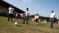 Indra Sjafri, Eks pelatih Timnas Indonesia U-23 memberikan coaching clinic untuk pesepak bola muda di Medan (istimewa)