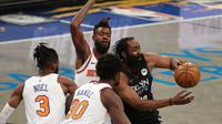 Bintang Brooklyn Nets, James Harden kembali dibebat cedera pada laga lanjutan NBA 2020/2021, Selasa (06/04/2021) pagi WIB. (AL BELLO / GETTY IMAGES NORTH AMERICA / GETTY IMAGES VIA AFP)
