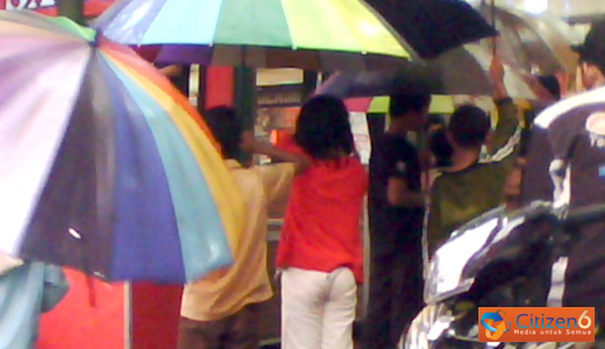 Citizen6, Tasikmalaya: Para ojeg payung cilik sedang menunggu orang yang memerlukan jasa payungnya.