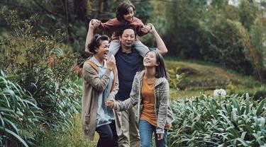 Gaya Busana Pemain di Film Keluarga Cemara, Siap Nostalgia?