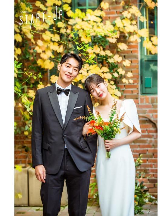 Pada drama Start-Up, gaun pengantin yang dikenakan Dalmi terlihat begitu anggun dan unik, berkat aksen cape pada bagian lengan dan potongan gaun klasik yang sangat sempurna digunakan untuk kamu si tubuh mungil.