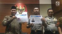 Ketua KPK Agus Rahardjo (kiri) dan Kapolda Metro Jaya Irjen Idham Azis (tengah) menampilkan sketsa terduga penyerang Novel Baswedan, Jumat (24/11). Dalam pertemuan tersebut, Idham menyampaikan perkembangan penyelidikan. (Liputan6.com/Fachrur Rozie)