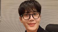 Aktor Korea Selatan Kim Seon Ho mengayak beras yang mencuri perhatian dari para penggemarnya (Dok.Instagram/@seonho_kim/https://www.instagram.com/p/CJV6NvWDi5X/Komarudin)